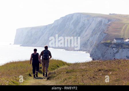 Les marcheurs, randonneurs, côtières, le chemin, l'eau douce, Tennyson, Bas, Bay, falaise, île de Wight, Angleterre, Royaume-Uni, Banque D'Images