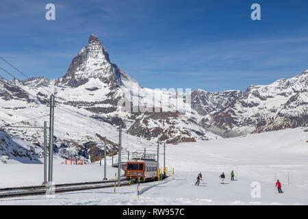Train du Gornergrat et le peuple le ski en face du Cervin Banque D'Images