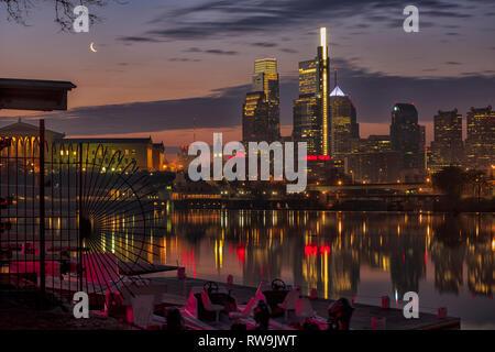 Philadelphie, Pennsylvanie, la ville de l'amour fraternel, photographié d'Boathouse Row le long de la Schuylkill River au lever du soleil. Banque D'Images