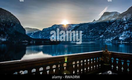 L'exposition lente photo capture l'aube sunrise & réflexions pendant la golden hour sur le lac de Hallstatt en Autriche