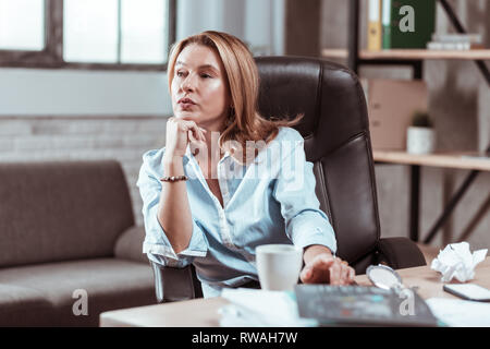 Businesswoman sentiment préoccupé à penser à nouveau plan d'affaires