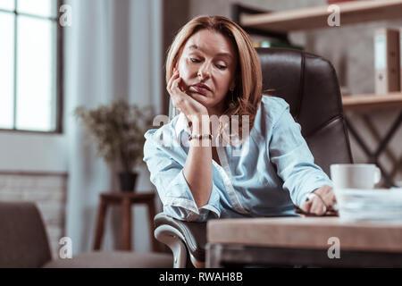 Femme portant des accessoires élégants se sentir triste et fatigué