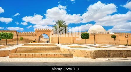 Anciens remparts et porte d'entrée de la grande mosquée de Kairouan ville. La Tunisie, l'Afrique du Nord Banque D'Images