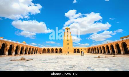 Vue panoramique du paysage architectural avec cour intérieure de l'ancienne grande mosquée de Kairouan. La Tunisie, l'Afrique du Nord Banque D'Images