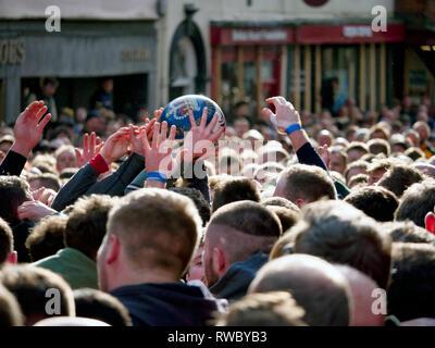 Ashbourne Derbyshire, Royaume-Uni. 5e Mar, 2019. Royal Ashbourne match de football sur le Mardi Gras Mardi Gras. Ye Olde & hugball médiévale antique jeu est l'ancêtre de football. C'est joué entre deux équipes, le Up'Ards & Bas'Ards, séparés par l'Henmore Brook river. Les objectifs sont 3 milles à Sturston Mill & Clifton Mill. Le poème de Charles Cotton burlesque sur le grand gel, datant de 1683, mentionne ce jeu à Ashbourne. Il était le cousin de Cockayne Aston baronet de Ashbourne, Derbyshire. De: Doug Blane/Alamy Live News