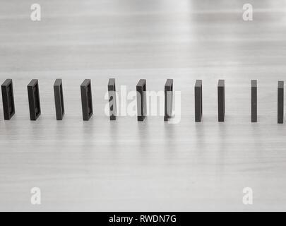 Close up. Puces Domino sont construites dans une rangée sur le bureau d'affaires Banque D'Images
