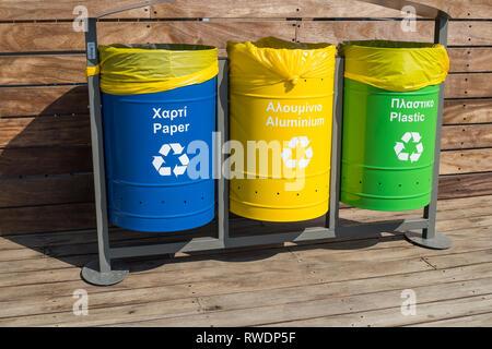 Conteneurs pour la collecte séparée des déchets. La traduction, plastique, verre, papier, non triés. Séparation des déchets. Tri des déchets pour recyclage.Trois types Banque D'Images