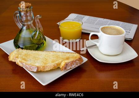 Le petit déjeuner traditionnel espagnol avec café tost et l'huile d'olive et le jus d'orange, sur une table en bois Banque D'Images