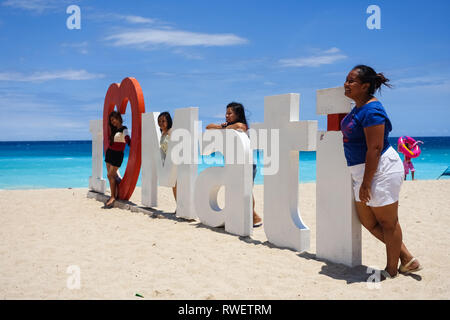Prendre des photos avec les filles de tourisme grand panneau à Dahican Beach, Mati - Davao, Philippines Banque D'Images