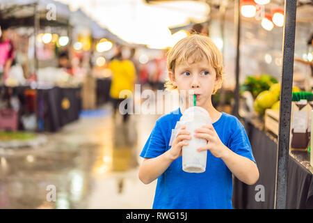 Jeune garçon'sur Walking street Asian Food Market Banque D'Images
