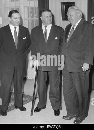 Reinert, Egon, 24.9.1908 - 23.4.1959, homme politique allemand (CDU), premier ministre de la sarre 4.6.1957 - 23.4.1959 (centre), à des conversations au sujet de l'incorporation de la Sarre à la zone économique de la République fédérale d'Allemagne, avec le ministre des finances de la sarre Manfred Schaefer (à gauche) et le ministre fédéral de l'Économie Ludwig Erhard (droite), Bonn, 21.1.1958, Additional-Rights Clearance-Info-Not-Available-