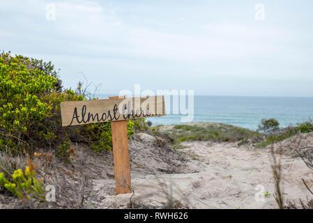 Il y a près de signer sur une plage près de la route un point d'observation dans la réserve naturelle De Hoop, Afrique du Sud Banque D'Images