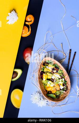 Hawaiian poke bol à riz, avocat, mangue, salade et microgreens. Cuisine asiatique. Alimentation nourriture. Vue d'en haut. Mise à plat. Banque D'Images