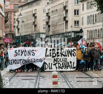 Strasbourg, France - Sep 12, 2017: laissez-nous libres de travailler sur un message politique affiche de mars au cours d'un jour à l'échelle nationale française de protestation contre les réformes du travail Banque D'Images
