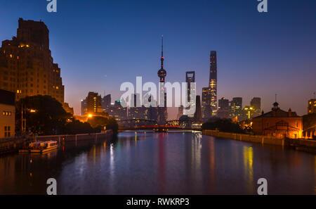 Pont Waibaidu sur la rivière Huangpu avec Pudong skyline at night, Shanghai, Chine Banque D'Images