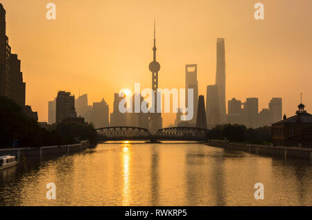 Golden sunset over Waibaidu Bridge et toits de Pudong, Shanghai, Chine Banque D'Images
