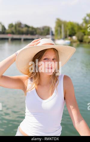 Jeune femme sur le voilier, le portrait, le lac de Chiemsee, en Bavière, Allemagne Banque D'Images