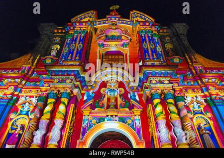 La façade de style baroque de l'église des Jésuites de la Compania de Jesus allumé avec des couleurs dans le centre-ville historique de Quito, Equateur. Banque D'Images