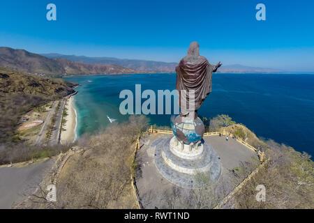 Vue aérienne de Cristo Rei de Dili, haute statue de Jésus Christ situé au sommet d'un globe en ville de Dili, Timor oriental, sur un sommet, surplombant la capitale de