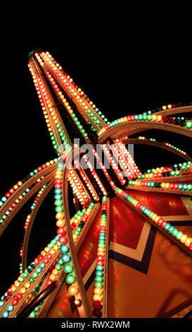 Résumé photo de feux de carnaval contre le ciel de nuit. Banque D'Images