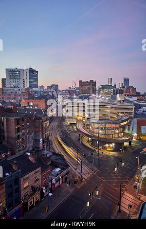 L'aube la première lumière de l'horizon au-dessus de Manchester à la recherche sur le nord du quartier et du parking d'Arndale Banque D'Images