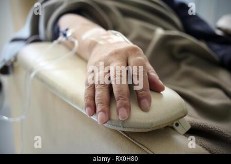 Buenos Aires, Argentine - Mars 08, 2019: main Non connecté à un traitement de chimiothérapie à Buenos Aires, Argentine Banque D'Images