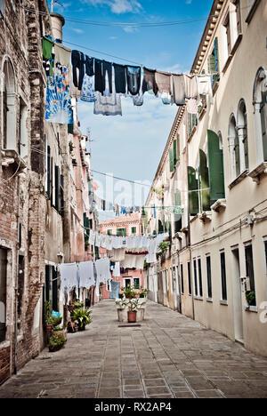 La pendaison de blanchisserie dans une ruelle de Venise, Italie