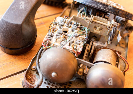 À l'intérieur de vieux téléphone récepteur sur fond de table en bois. Banque D'Images