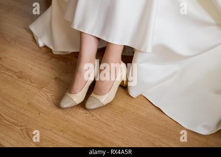 Libre des pieds nus d'une bride sur une surface en bois. Arrière-plan de mariage avec une place pour le texte Banque D'Images