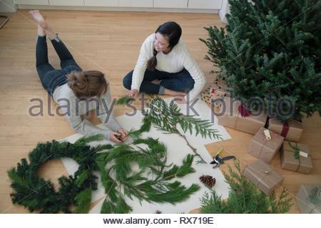 Teenage girl friends making des couronnes de Noël Banque D'Images