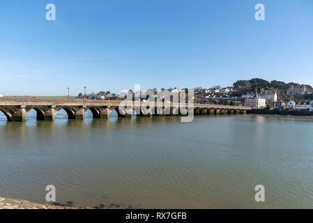 Bideford, North Devon, Angleterre, Royaume-Uni. Mars 2019. À LA VILLE DE BIDEFORD Bideford sur le long pont construit en 1850 à l'est l'eau.