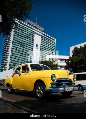 Voiture de collection sur les rues de La Havane (Cuba) en face de l'hôtel Habana Libre célèbre Banque D'Images