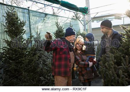 Aider les travailleurs family shopping pour arbre de Noël Marché de Noël Banque D'Images
