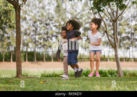 Les enfants jouent en plein air avec des amis. Les petits enfants jouer au parc de la nature.