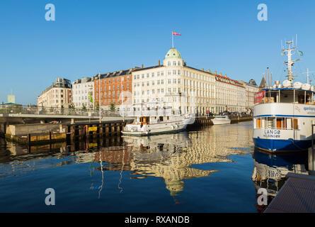 Yachts amarrés et bleu et blanc Langor Helsinger spashipping Navigatorernes bateau sur canal et port Hus bâtiment Navigation avec drapeau danois, Nyhav Banque D'Images