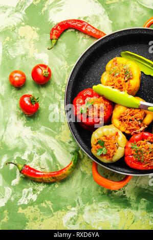 Poivrons farcis au four,colorés avec du riz et de la viande hachée Banque D'Images