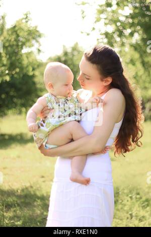 Happy mother est titulaire d'une petite fille dans ses bras Banque D'Images