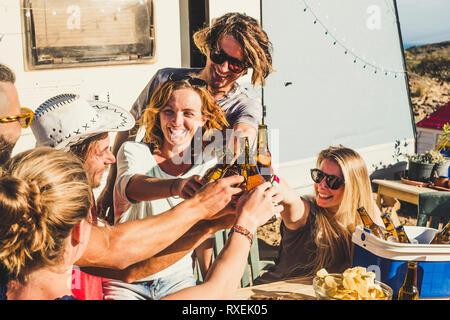 Groupe d'amis, les jeunes hommes et femmes de trinquer et faire griller dans funtogether avec piscine locations de célébration sous le soleil - amusez-concept