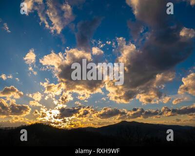 Beau paysage dans la montagne au coucher du soleil. Vue de ciel avec nuages colorés étonnants.