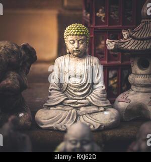 Une petite statue de Bouddha caché dans un marché