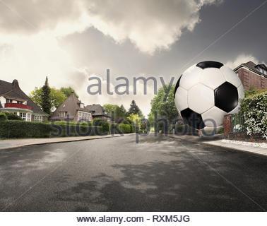 Football géant dévalant la rue Banque D'Images