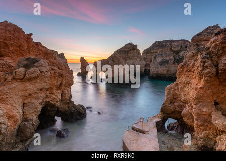 Magnifique paysage au lever du soleil. Belle plage près de Lagos à Ponta da Piedade, région de l'Algarve, au Portugal. Seascape avec Cliff rocks. Vacances Portugal Banque D'Images