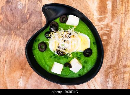 Manzana Salmorejo rucola, une soupe froide de roquette et d'apple avec l'oeuf, fromage, olives noires et des tapas à Séville au Duo