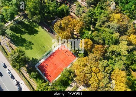 Parc de la ville avec le basket-ball et le soccer ou de football en journée ensoleillée. Jeux pour enfants en zone de loisirs verts. Vue aérienne drone Banque D'Images