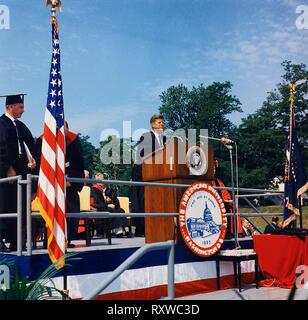Le président John F Kennedy lors d e l'adresse de début de l'American University. Washington, D. C., American University, John M. Reeves Terrain de sport. Juin 1963 Banque D'Images