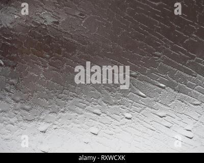 Close up d'un couvert de glace, gel-fenêtre avec un motif d'épis et de crêtes. Banque D'Images