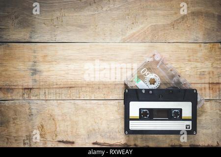 Deux cd en noir et couleur claire sur fond de bois