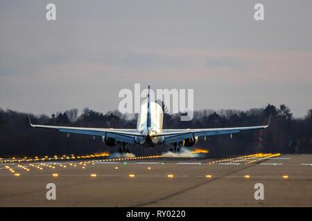 L'Aéroport International de Düsseldorf, DHS, avion atterrit sur la piste du nord, Allemagne,