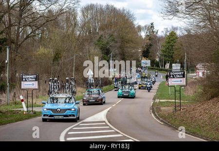 Les Granges-le-Roi, France - 11 mars 2019: Ligne d'équipes voitures techniques de la conduite sur la côte des Granges-le-Roi lors de la deuxième étape du Paris-Nice 2019. Credit: Radu Razvan/Alamy Live News Banque D'Images