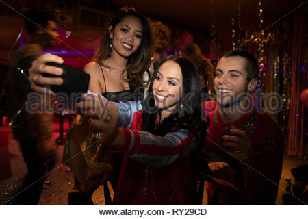 Les amis de prendre en selfies nightclub Banque D'Images